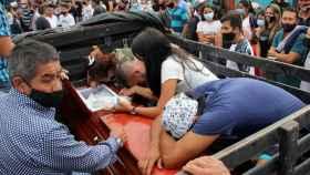 Familiares lloran la muerte de una de las víctimas de una de las masacres.