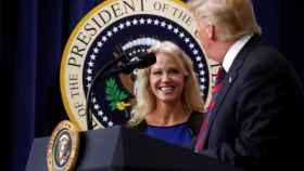 Conway junto a Trump en una imagen de archivo.