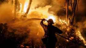 Un bombero ayuda a la extinción del fuego en California. EP