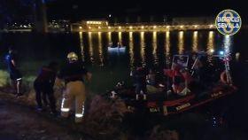 Los servicios de Emergencias de Sevilla buscando al menor de 12 años en el río Guadalquivir.
