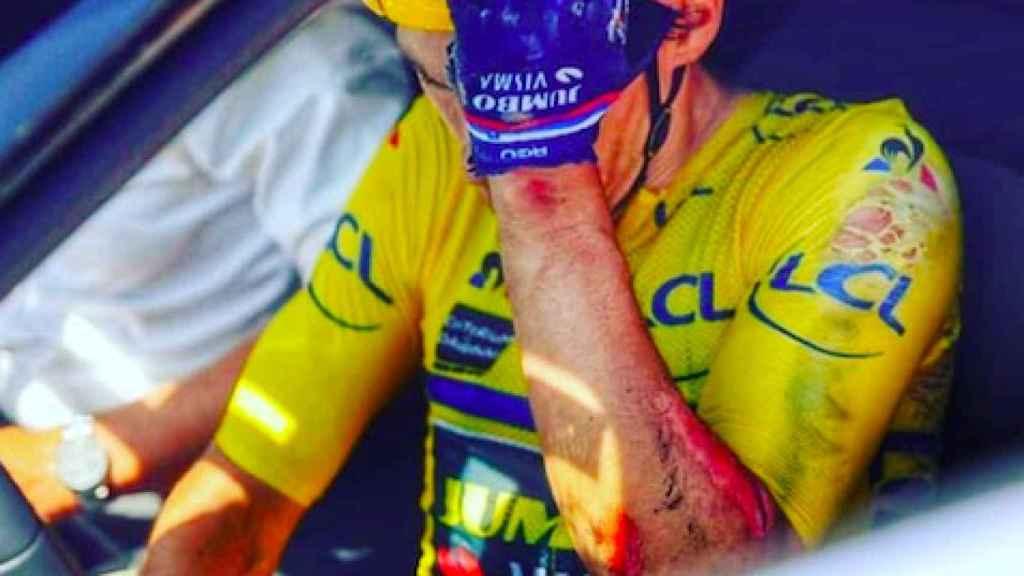 Roglic, en el coche del Jumbo tras abandonar en Dauphiné