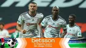 Los jugadores del Besiktas celebran un gol