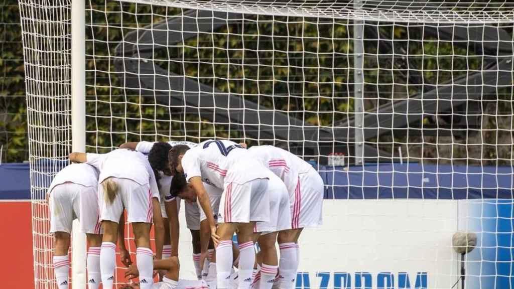 Los jugadores del Juvenil A del Real Madrid celebran el gol alrededor de Pablo Rodríguez
