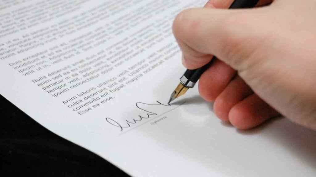 Firma de un contrato.