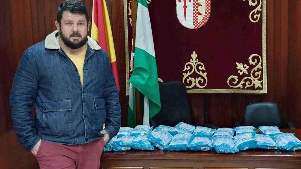 El alcalde, Rafael de la Fe, con una partida de mascarillas quirúrgicas repartidas en abril