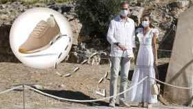 El rey Felipe VI, que luce unas zapatillas Yuccs, y Letizia, en Ibiza.