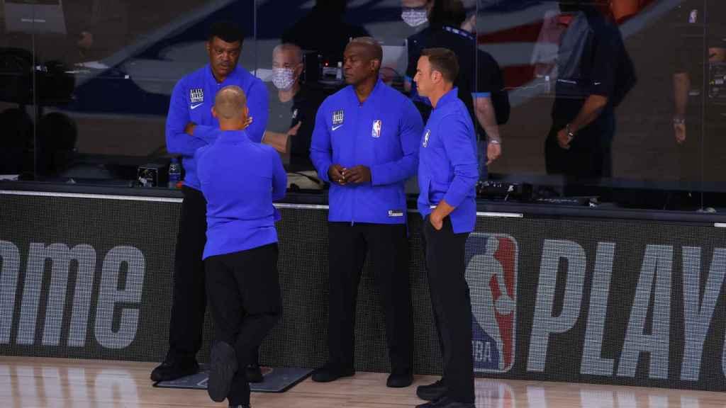 Los árbitros del Bucks-Orlando Magic conversan