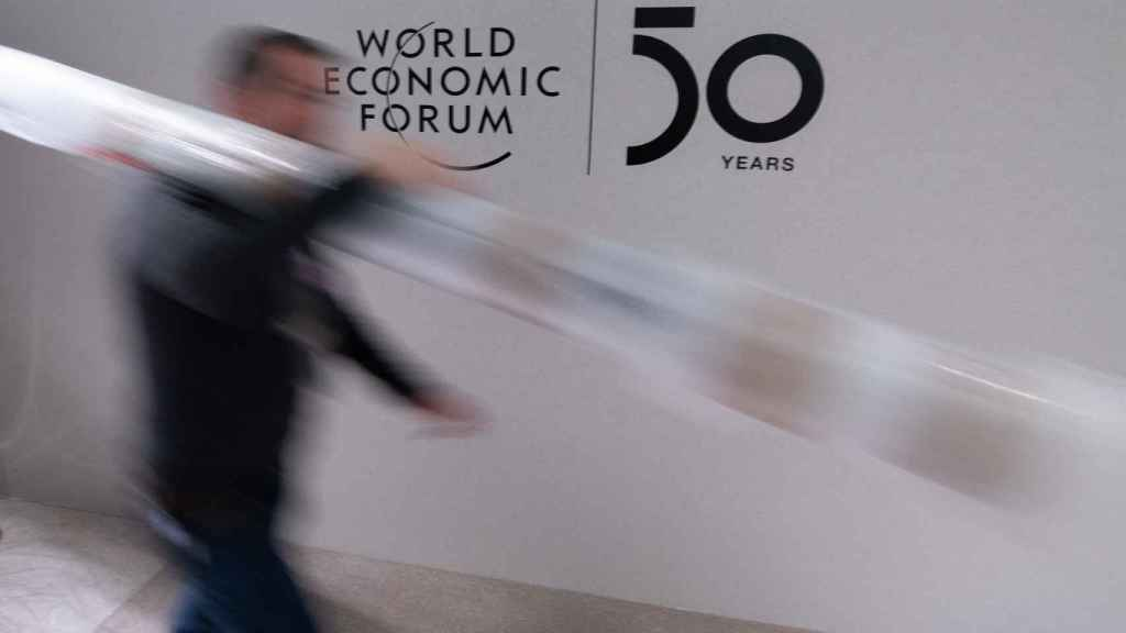 Un operario en la última edición del Foro Económico Mundial.