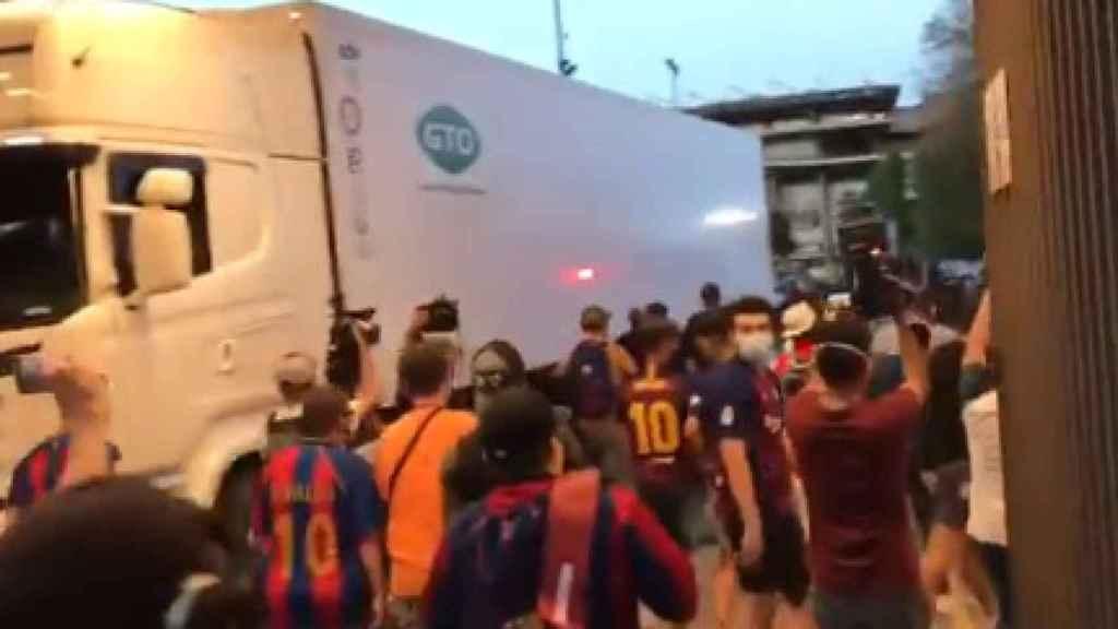 Un grupo de aficionados del Barça se salta la seguridad e irrumpe en el Camp Nou