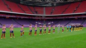 Jugadoras del Atlético de Madrid y FC Barcelona durante la previa del duelo de Champions