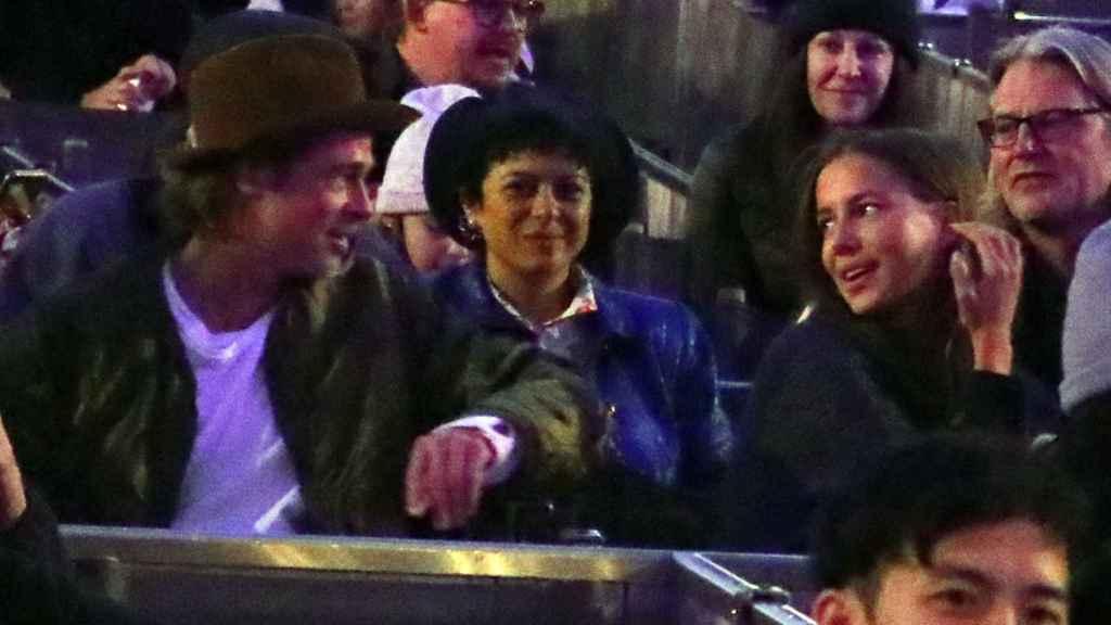 Brad Pitt junto a Nicole Poturalski en un concierto el pasado noviembre.