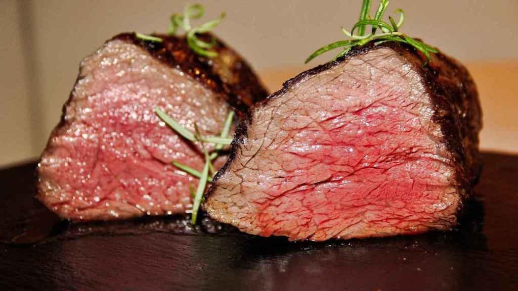 Tos trocitos de carne roja poco hecha.