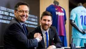 Josep María Bartomeu y Leo Messi, firmando su último contrato