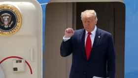 El presidente de Estados Unidos, Donald Trump, desciende del Air Force One en el aeropuerto de Miami.