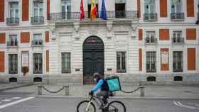 Un rider de Deliveroo circula por la Puerta del Sol de Madrid.