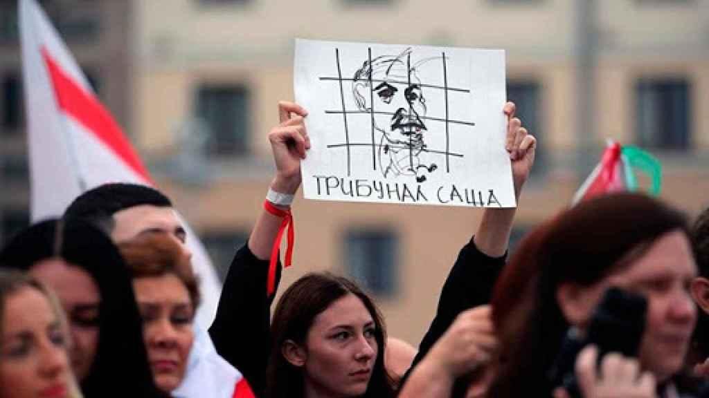 Una mujer durante una protesta en contra del presidente Lukashenko.