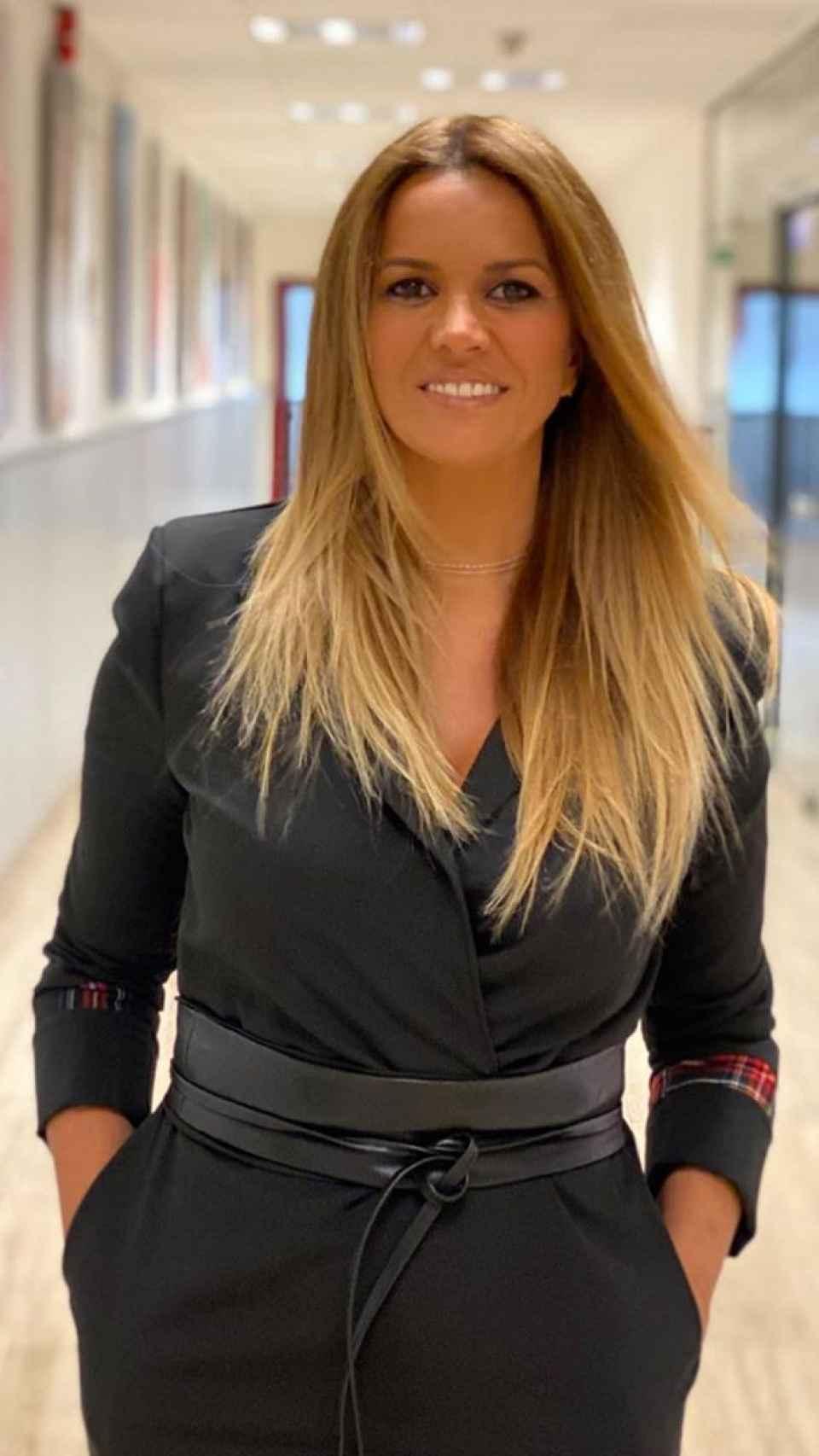 Marta López por los pasillos de Telecinco.
