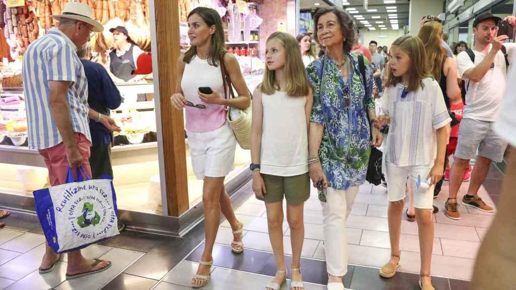 Letizia junto a su suegra, la reina Sofía, y sus dos hijas en Palma de Mallorca durante el verano del 2017.