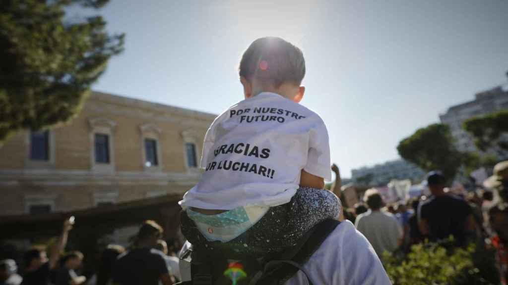 Un padre negacionista lleva a su hijo a la manifestación del 16-A de los anti mascarillas.