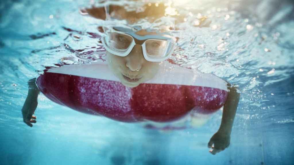 Un niño juega en una piscina en una imagen de archivo.