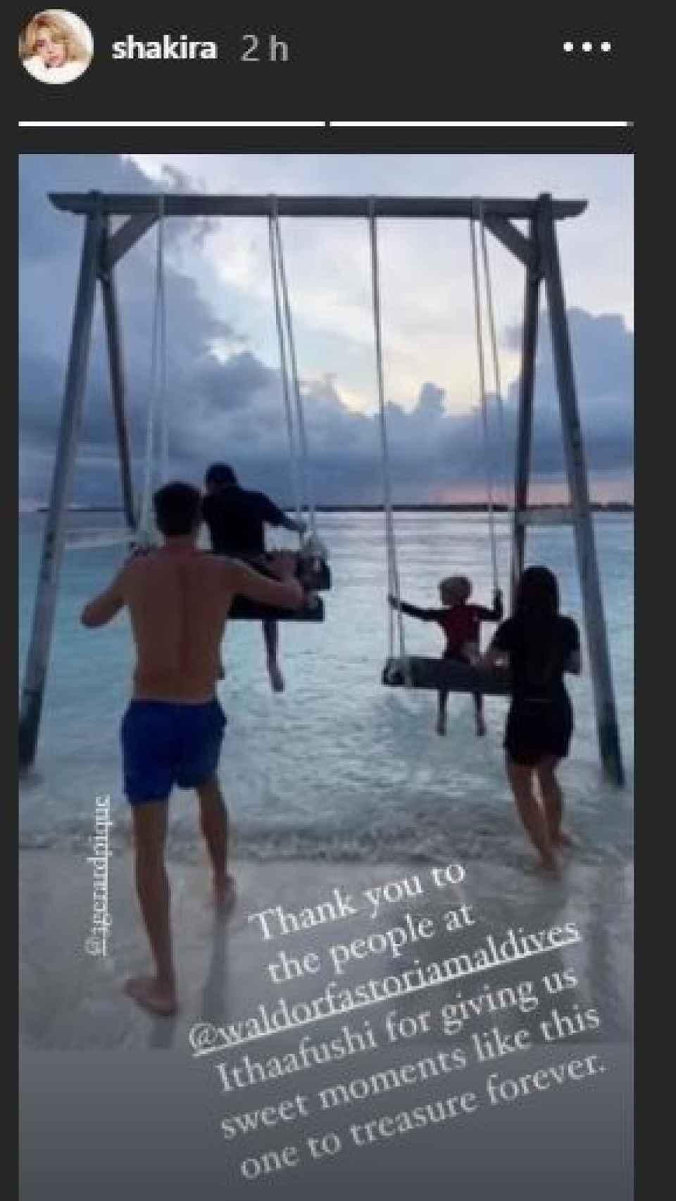 Piqué y Shakira, empujando a sus hijos en unos columpios, a orillas del mar.
