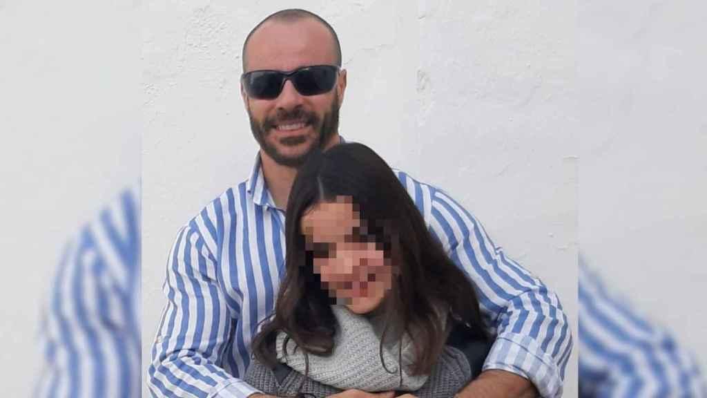 Ricardo Delgado, padre negacionista de la pandemia preocupado por la 'vuelta al cole', junto a su hija.