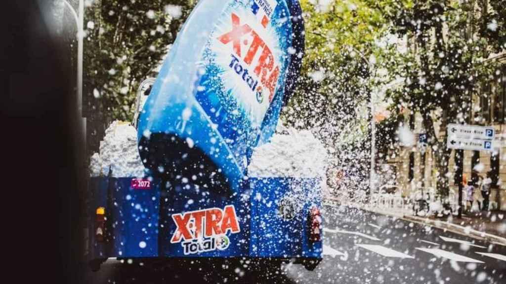 La caravana del Tour arrojando jabón a la calle