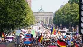 Miles de personas se han concentrado este viernes frente a la Puerta de Brandemburgo.