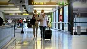 Varios turistas caminan por la terminal 4 del Aeropuerto de Barajas en Madrid.