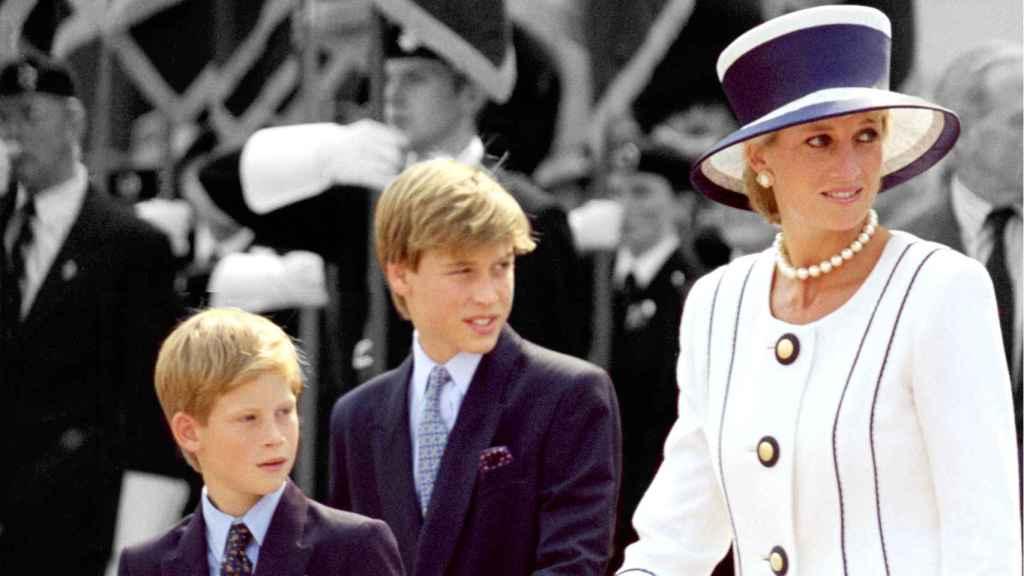 Harry y Guillermo de Inglaterra junto a su madre, Lady Di, poco antes de morir.