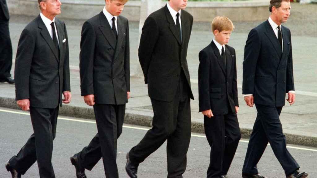Los hijos de Lady Di en el triste día de su funeral.