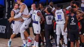 La imagen del enfrentamiento entre Luka Doncic y Marcus Morris tras la agresión del de Los Ángeles Clippers