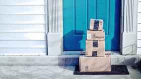 Pedidos de Amazon en la puerta de un domicilio.