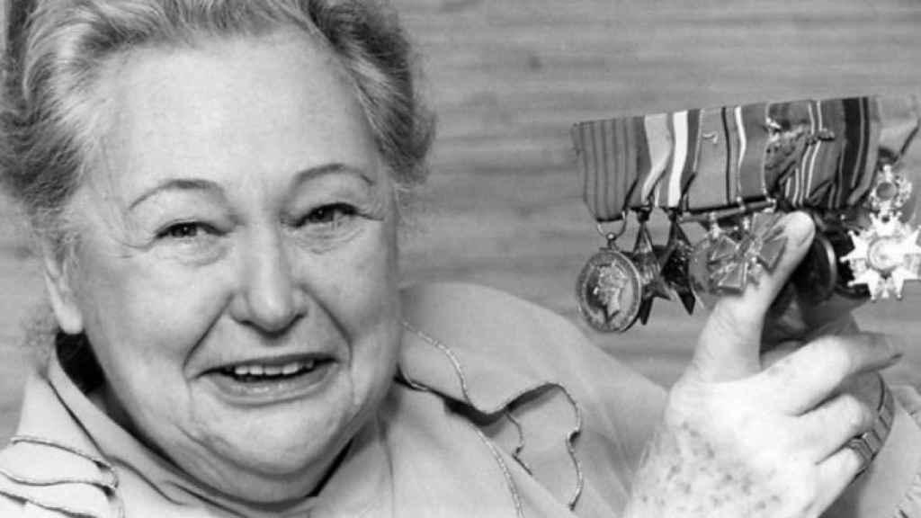 Nancy Wake mostrando las condecoraciones recibidas por su labor en la II Guerra Mundial.