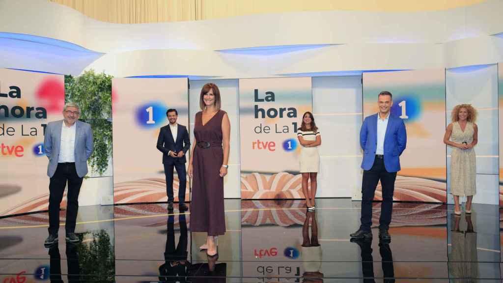 Mónica López y los colaboradores de 'La hora de la 1'.