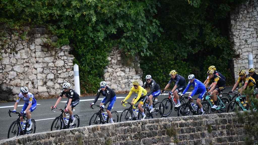 Deceuninck Quick Step tira del pelotón del Tour