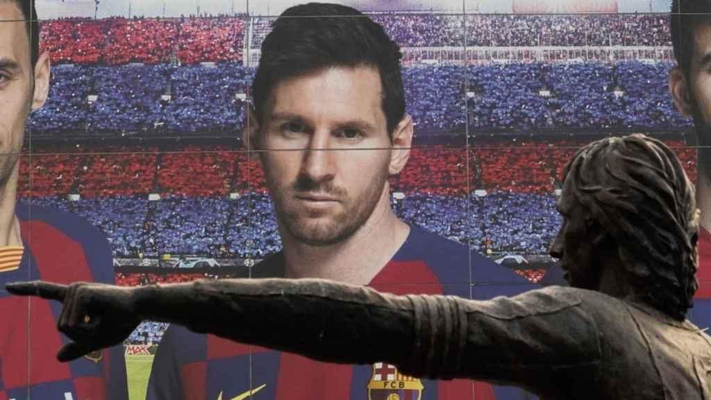 Leo Messi, tras la estatua de Johan Cruyff en el Camp Nou