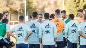 Los jugadores de la selección española junto a Luis Enrique
