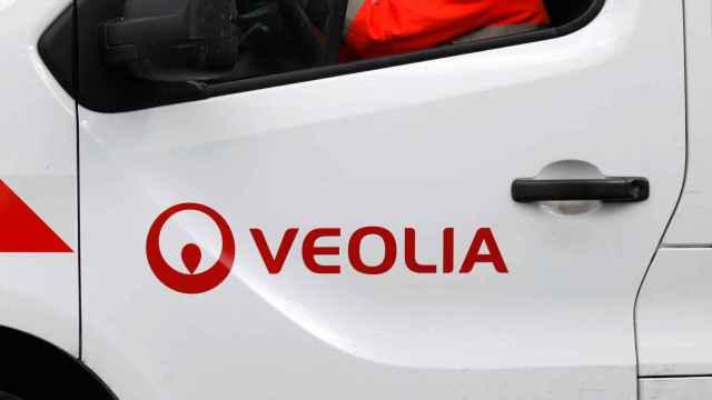 El logotipo  de Veolia en una furgoneta de la empresa.