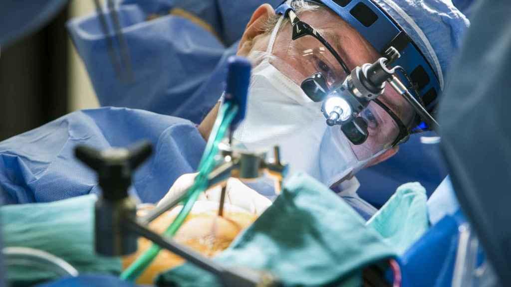 Un cirujano lleva a cabo un procedimiento mínimamente invasivo.