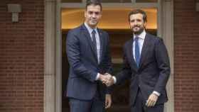 El presidente del Gobierno, Pedro Sánchez, y el líder del PP, Pablo Casado, en Moncloa.