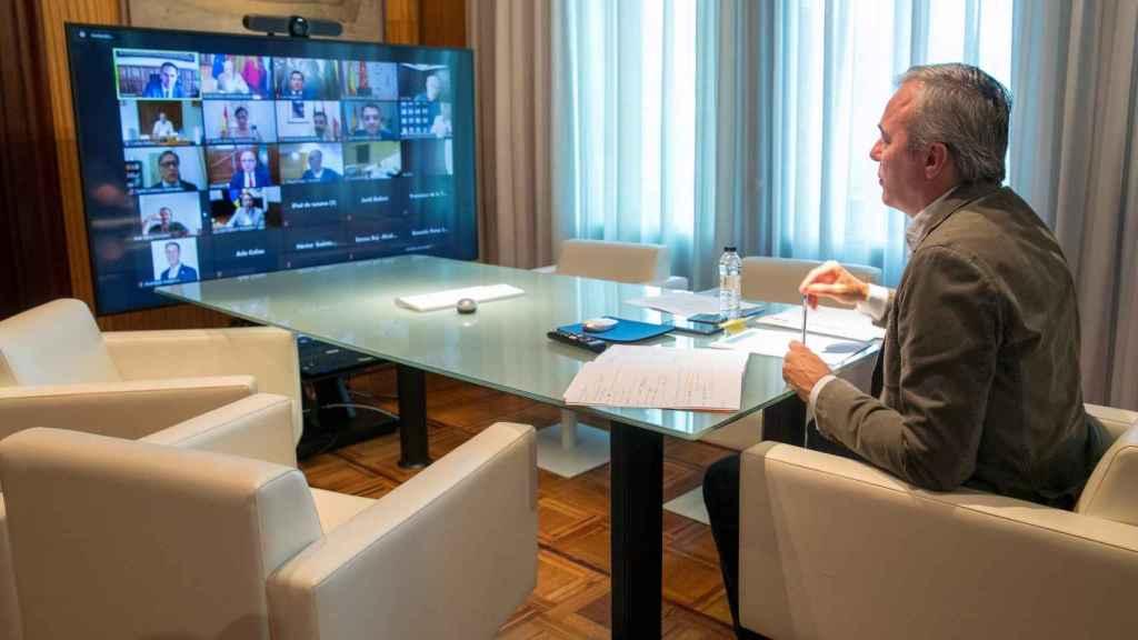El alcalde de Zaragoza, Jorge Azcón, en el encuentro telemático con su homólogos de  31 ciudades.