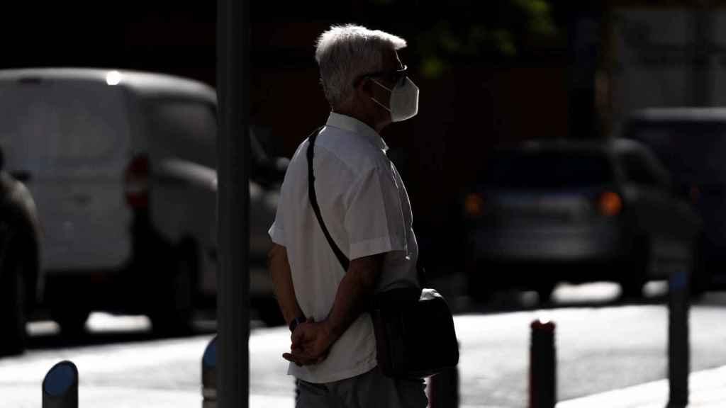 Un hombre camina por una calle de Santa Cruz de Tenerife haciendo uso de su mascarilla.