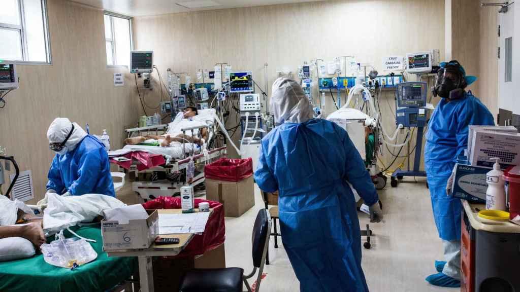 Pacientes contagiados por COVID-19 reciben atención médica.