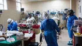 Un equipo de profesionales médicos atienden a pacientes contagiados por Covid.