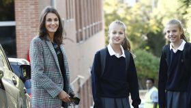 Letizia y Felipe acuden con sus hijas, Sofía y Leonor, el primer día de clase.