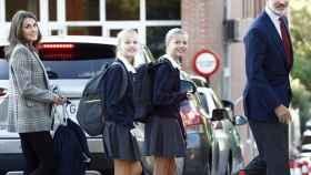 Letizia y Felipe acompañan al colegio a sus dos hijas, Sofía y Leonor.