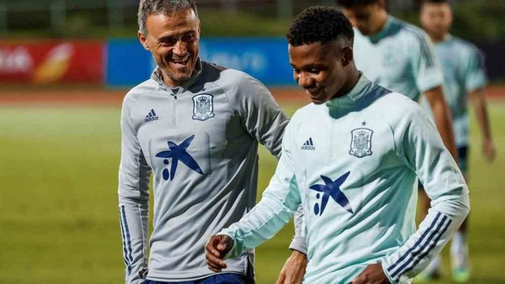 Luis Enrique y Ansu Fati, en un entrenamiento de la selección española de fútbol