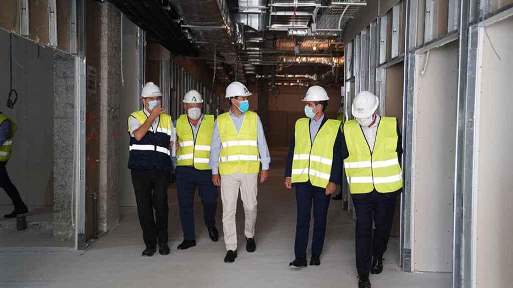 El presidente de la Junta de Andalucía, Juanma Moreno, visita las obras del Hospital Militar.