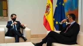 El presidente del Gobierno, Pedro Sánchez, y el líder de la oposición, Pablo Casado, este miércoles en Moncloa.